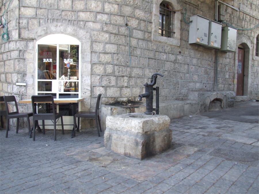 משאבת מים בפינת רחוב עמק רפאים (וויקיפדיה)